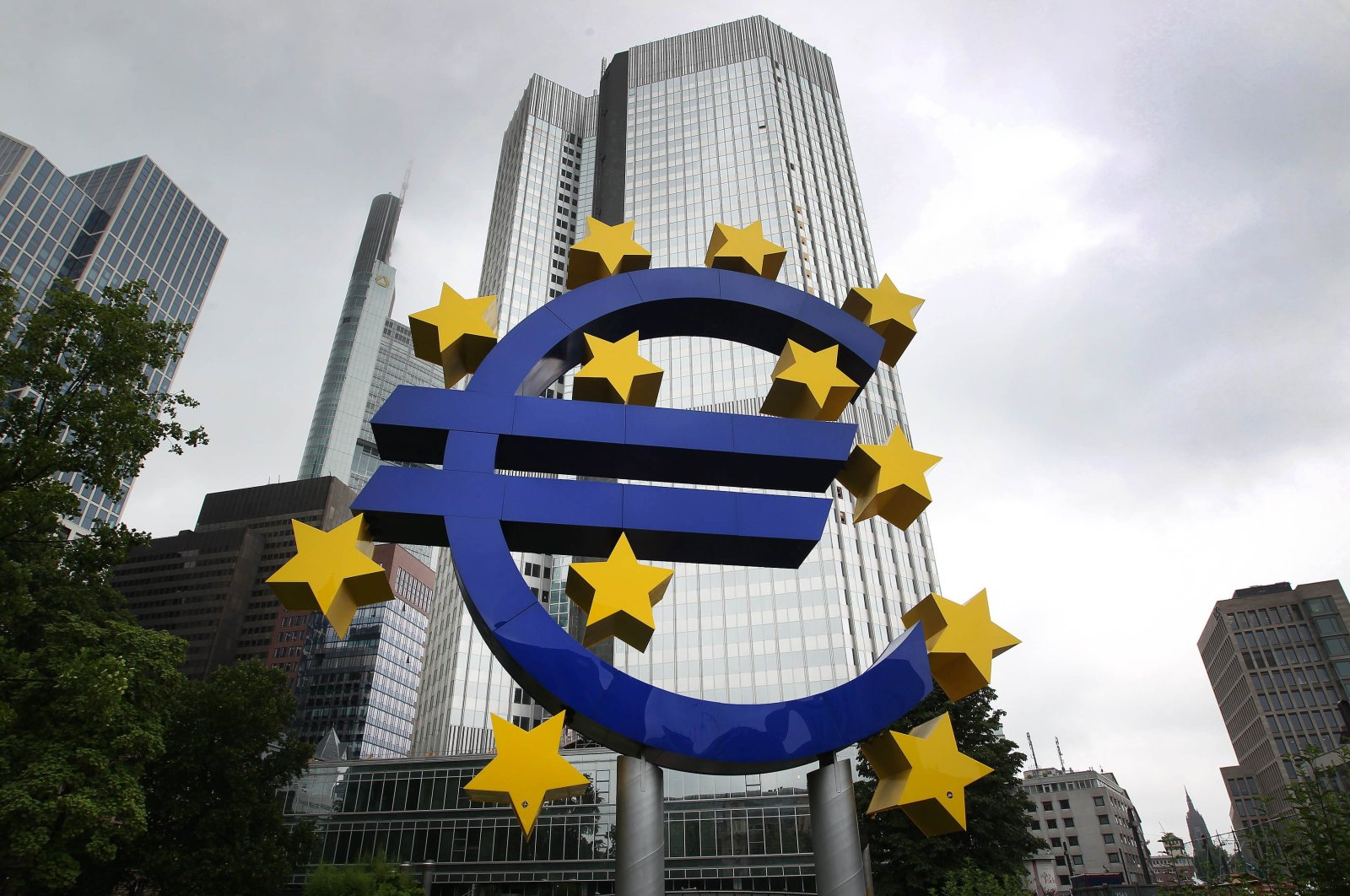 A huge logo of the euro currency can be seen in front of the former headquarters of the European Central Bank (ECB) in Frankfurt am Main, western Germany, July 20, 2015. (AFP Photo)