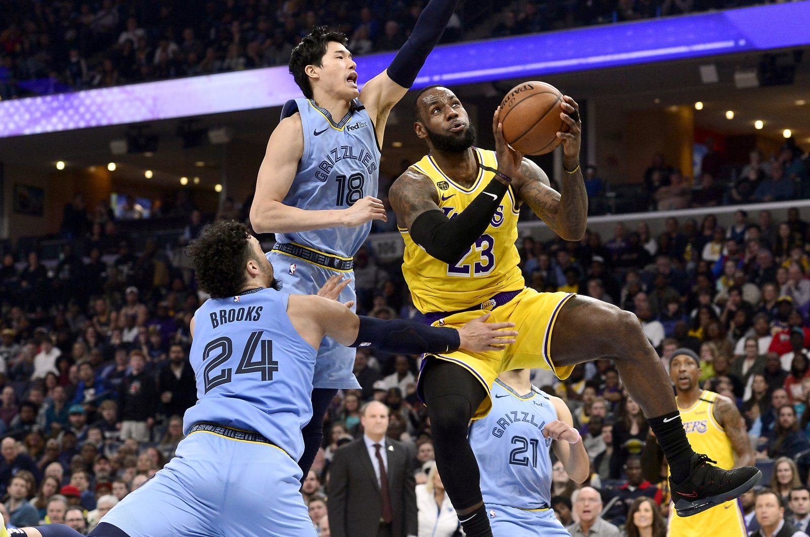 Los Angeles Lakers forward LeBron James (23) shoots ahead of Memphis Grizzlies guards Yuta Watanabe (18) and Dillon Brooks (24) in the second half of an NBA basketball game in Memphis, Tennessee, U.S., Feb. 29, 2020. (AP Photo)