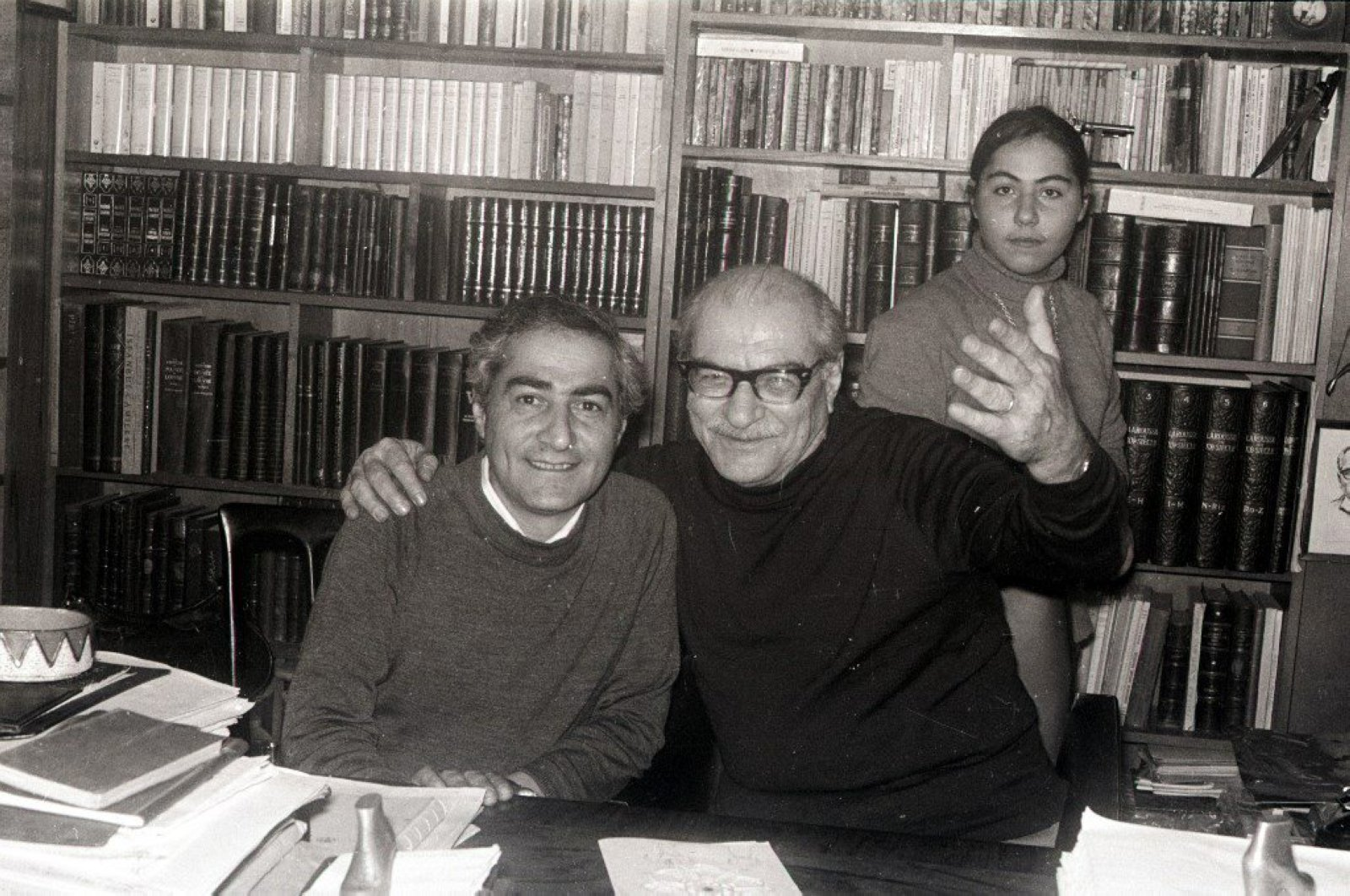 Kemal Tahir (R) would often pay visits to photographer Süveyd Orhon and talk about literature. Poet Halim Şefik's daughter Ayşe is seen at the back. (SABAH Photo)