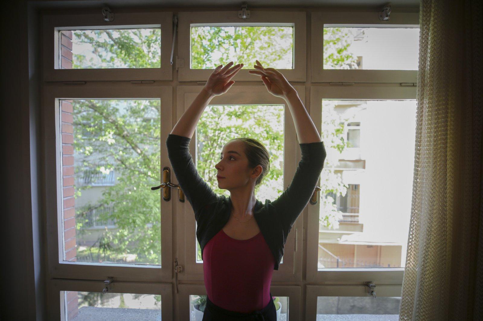 Turkish ballerina Lagün Şengelen practices at her home in this undated photo. (AA Photo)