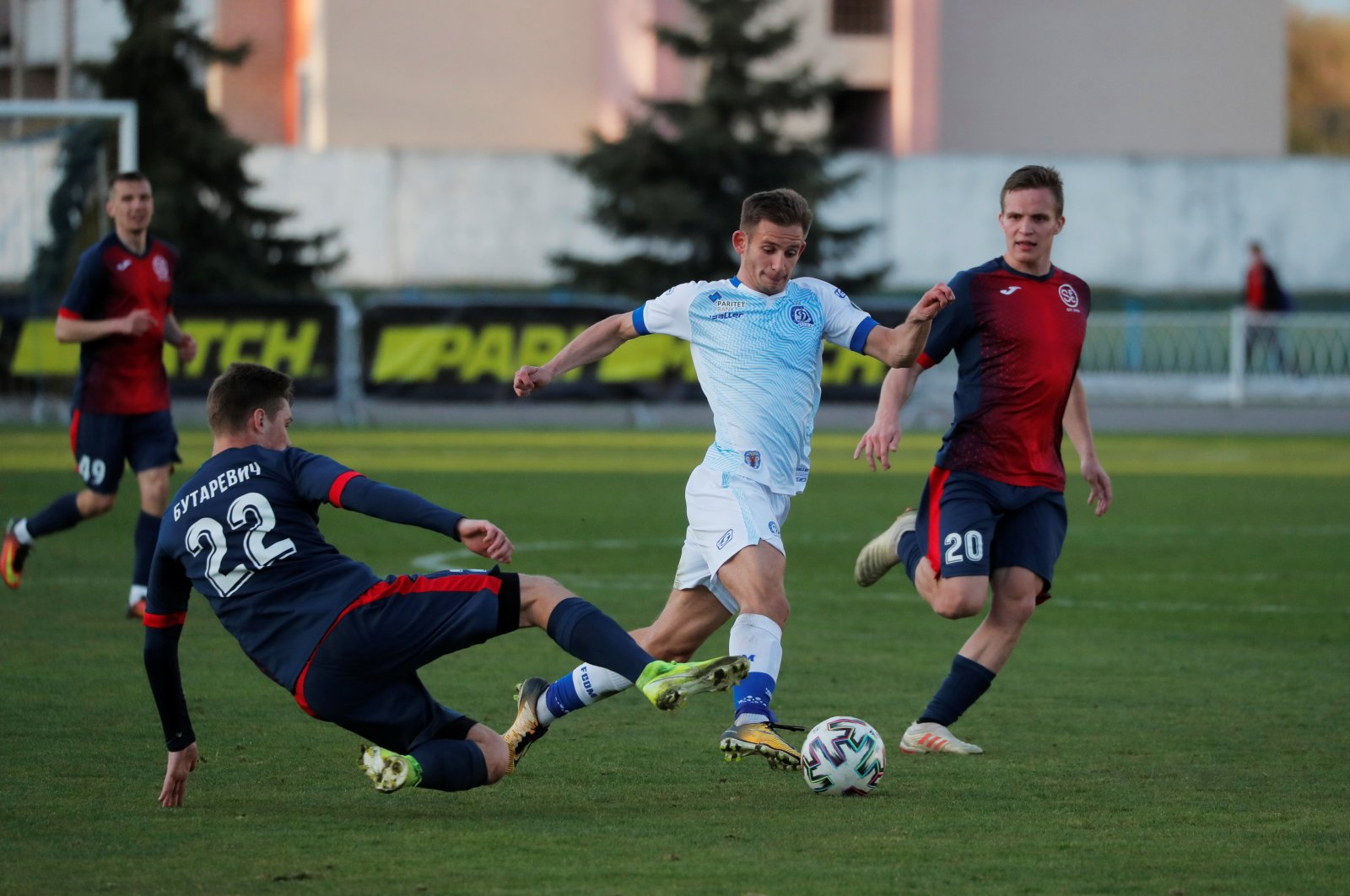 FC Dinamo Minsk's Ivan Bakhar in action with FC Smolevichi's Alex Butarevich, in Borisov, Belarus, Friday, April 24, 2020. (Reuters Photo)