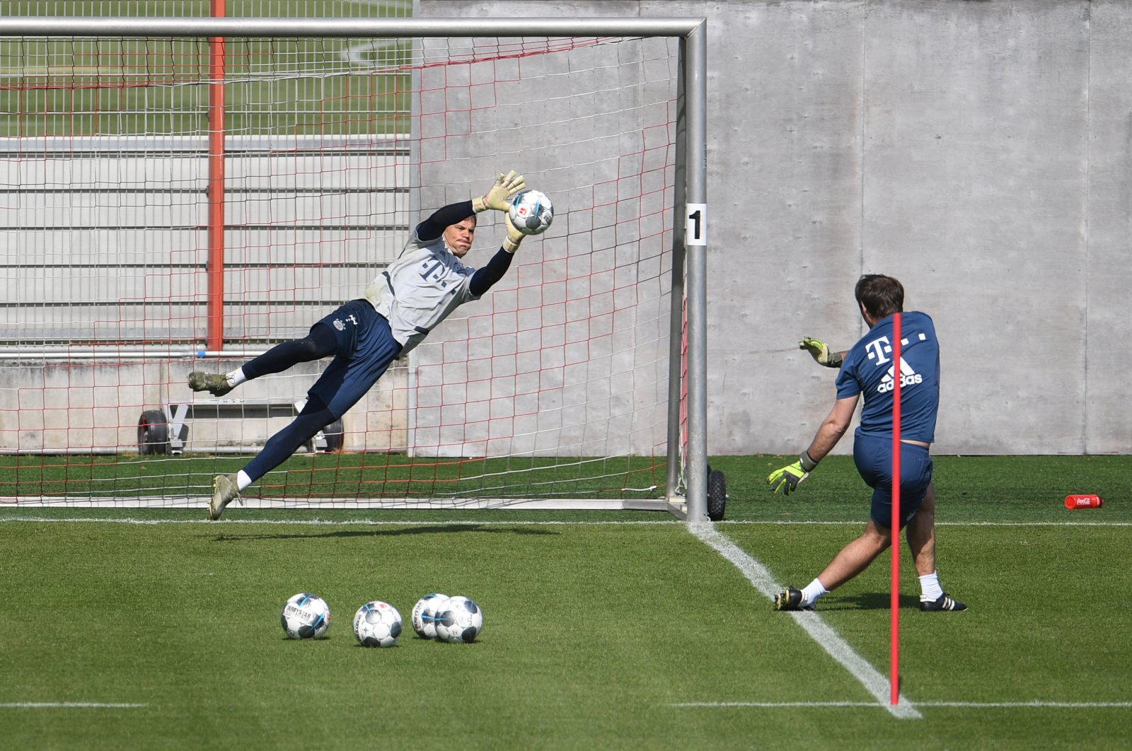 Manuel Neuer (L) during training, in Munich, Germany, Friday, April 24, 2020. (Reuters Photo)