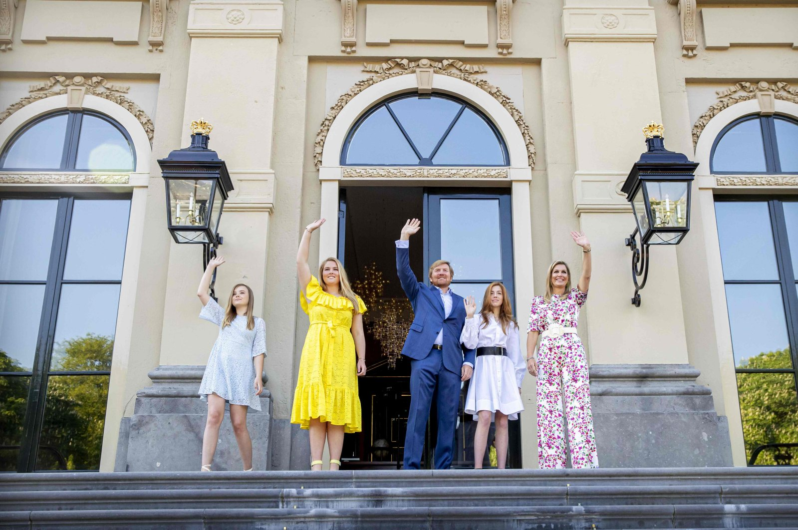 Dutch King Willem-Alexander, Queen Maxima (R) and their daughters, princesses Amalia, Alexia and Ariane celebrate King's Day in Huis ten Bosch Palace in The Hague on April 27, 2020. (AFP Photo)