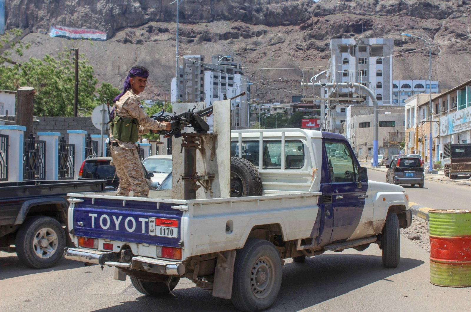 A fighter with Yemen's separatist Southern Transitional Council (STC) mans a gun in the back of a vehicle deploying in the southern city of Aden, April 26, 2020. (AFP Photo)