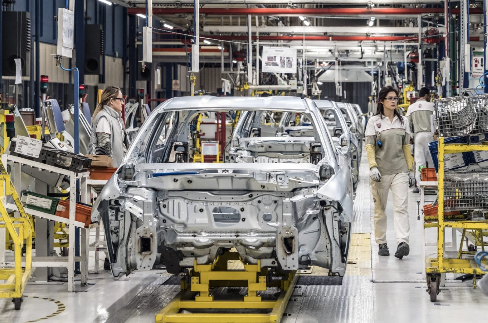 Cars are seen being assembled in the Bursa factory of Tofaş, a joint venture of Turkey's Koç Holding and Italian-American carmaker Fiat Chrysler, Bursa, Turkey, March 31, 2020. (AA Photo)