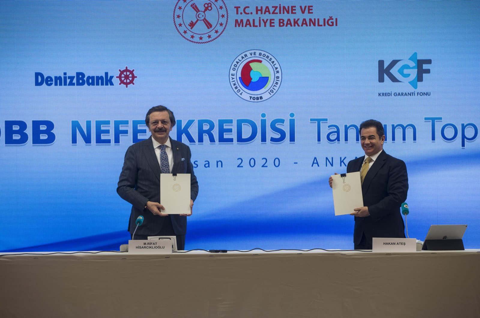 Union of Chambers and Commodity Exchanges of Turkey (TOBB) Chairman Rifat Hisarcıklıoğlu (L) and Denizbank CEO Deniz Ateş attend the launching ceremony of the loan package for SMEs, Ankara, Monday, April 27, 2020. (AA Photo)