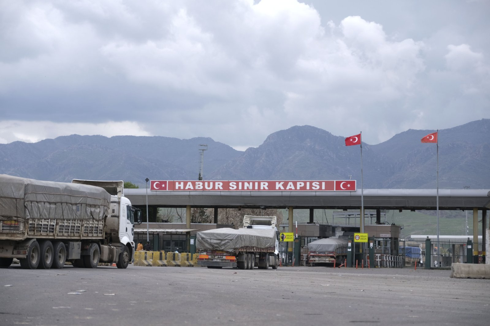 Trucks are seen at the Habur border gate in Turkey's southeastern Şırnak province bordering Iraq, April 5, 2020.