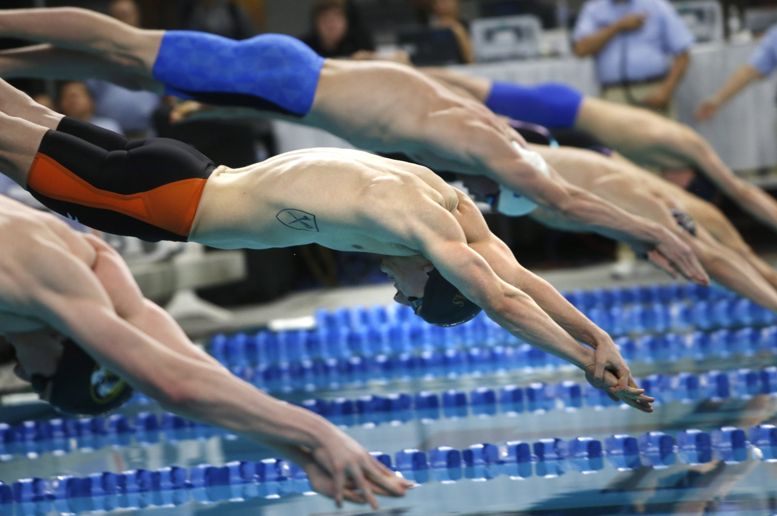 Andrew Wilson (C) competes in the men's 100-meter breaststroke in Austin, Texas, U.S., Jan. 17, 2016. (AP Photo)