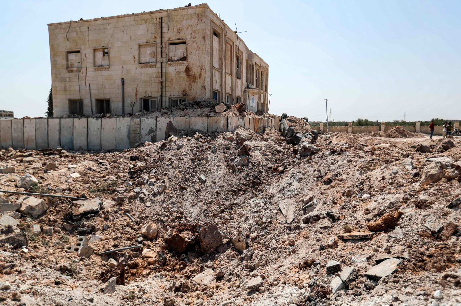 This picture taken on August 31, 2019 shows a view outside a health facility that was hit by a reported Russia-backed regime airstrike after midnight in the town of Urum al-Kubra in the western countryside of Syria's northern Aleppo province. (AFP Photo)