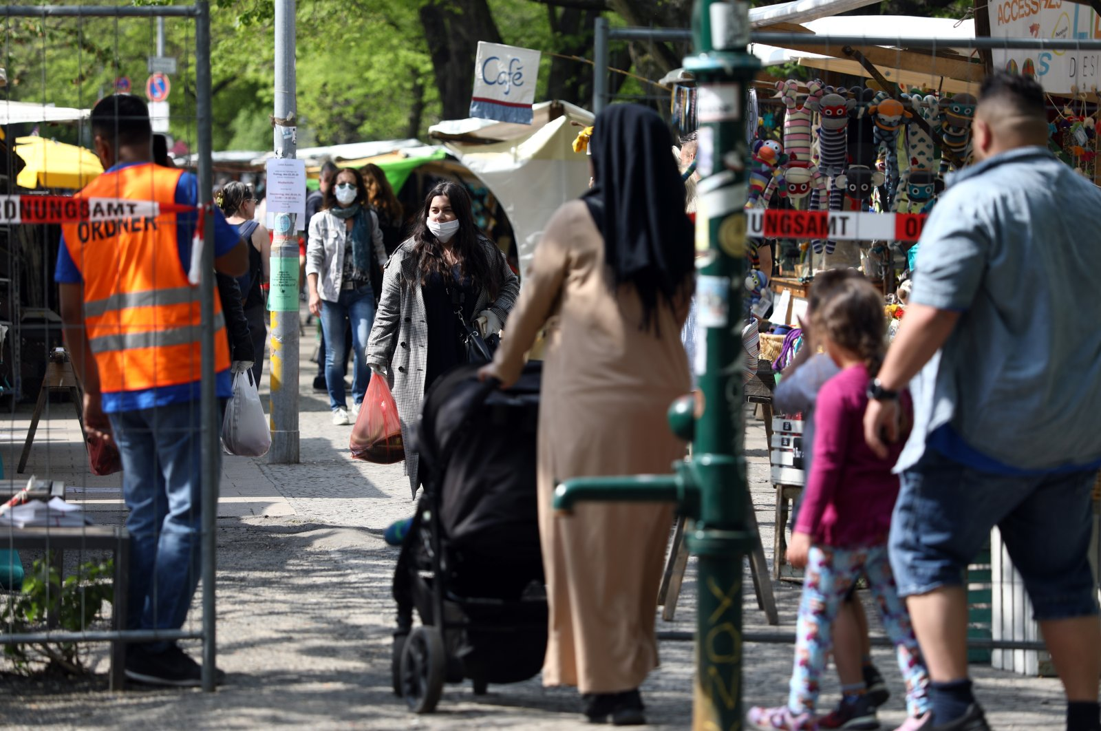 A steward regulates the access to a market at the Maybachufer in compliance with the current distance regulations, as the spread of the coronavirus disease (COVID-19) continues in Berlin, Germany, April 28, 2020. (Reuters Photo)