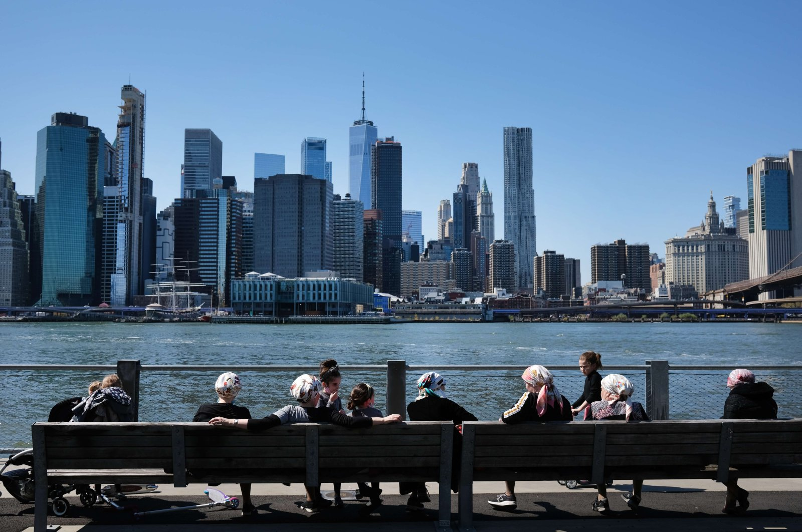 People enjoy a spring afternoon in Brooklyn Bridge Park on April 28, 2020 in the Brooklyn borough of New York City. (AFP Photo)