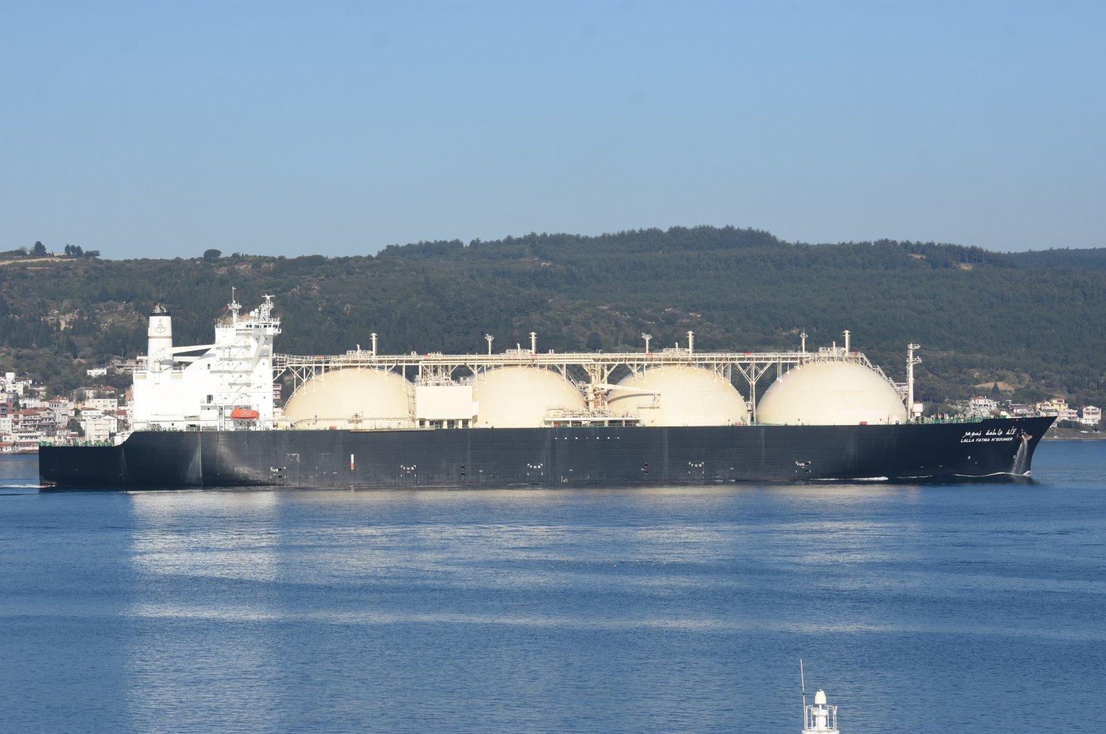 An LNG tanker passes through Çanakkale Strait, Turkey, April 25, 2020. (AA Photo)