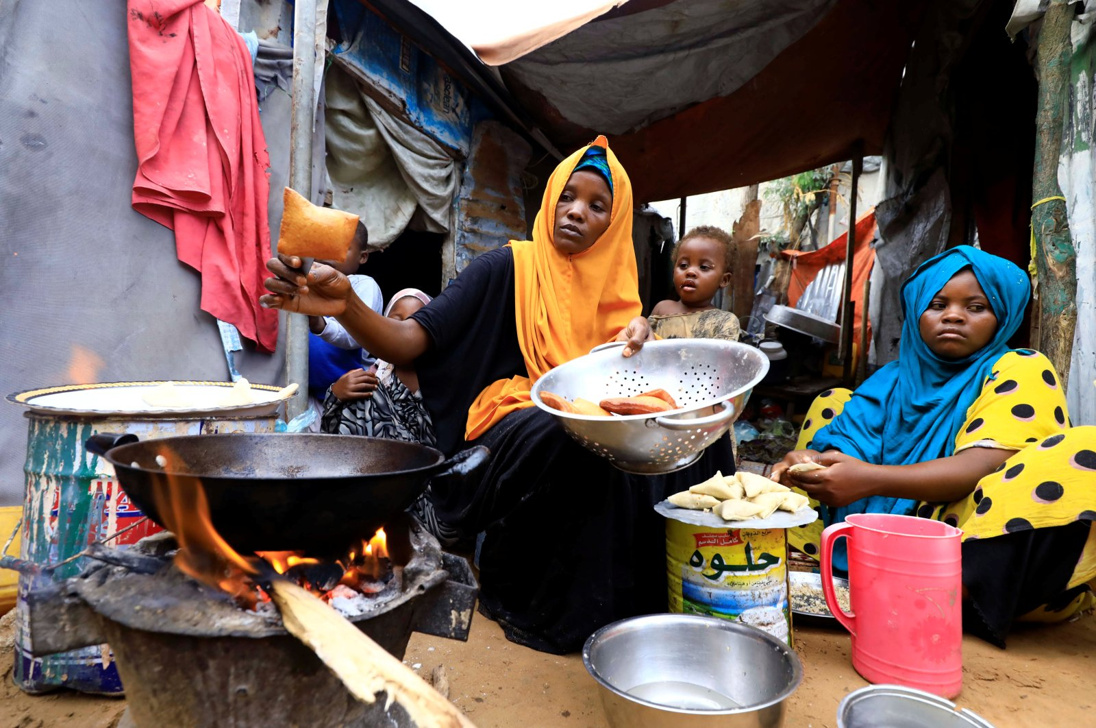 An internally displaced Somali woman and her children prepare their Iftar meal during the month of Ramadan at the Shabelle makeshift camp in Hodan district of Mogadishu, Somalia, April 24, 2020. (Reuters Photo)