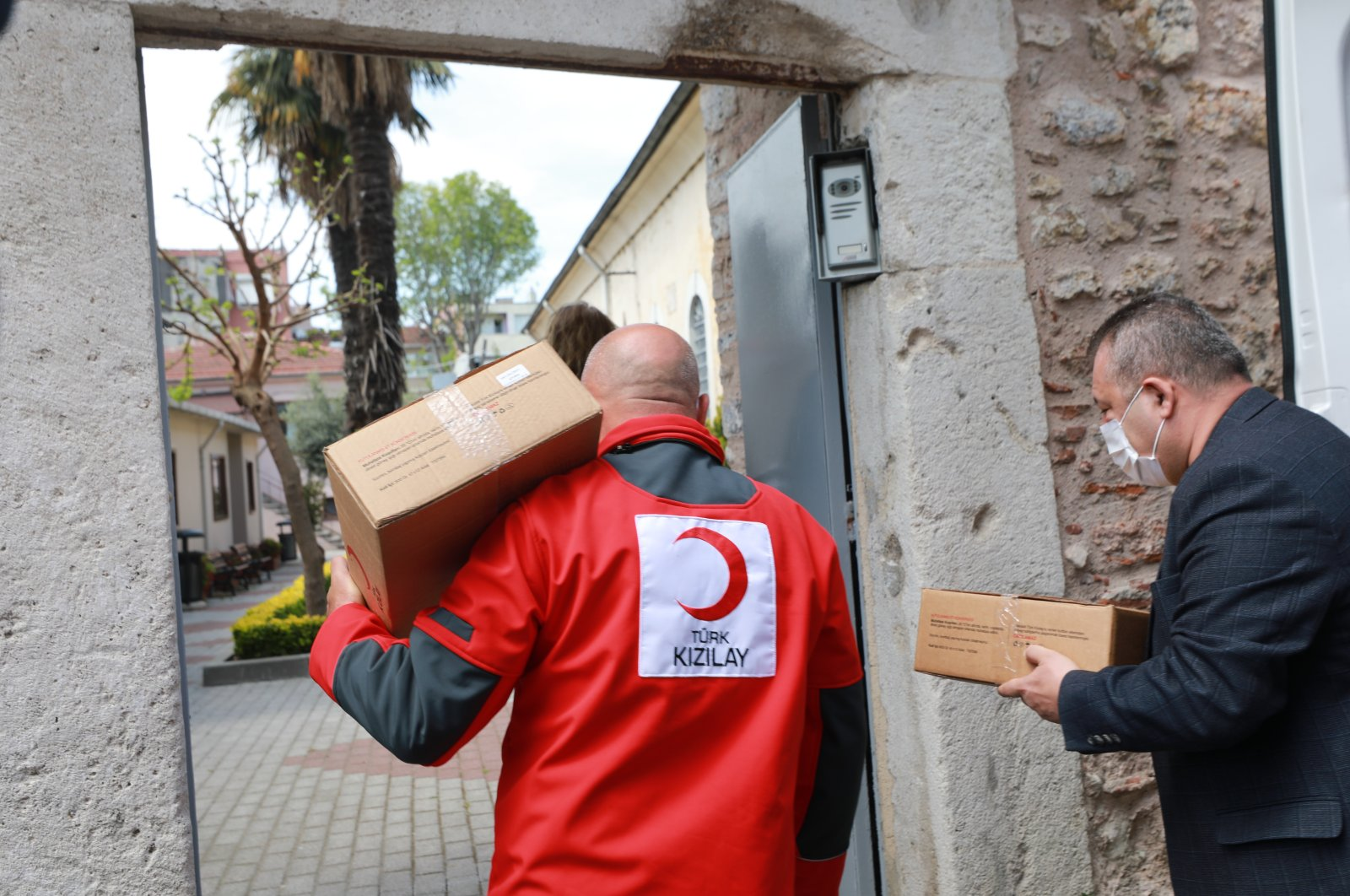 Turkish Red Crescent delivers food packages to those in need amid the coronavirus outbreak, Istanbul, Turkey, April 30, 2020. (IHA Photo)