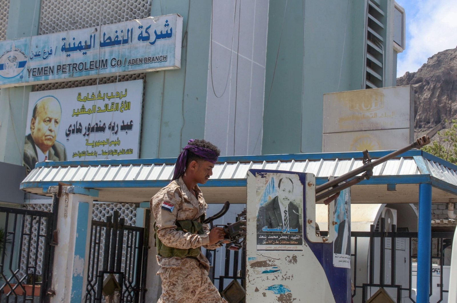 A fighter with Yemen's UAE-backed separatist Southern Transitional Council (STC) mans a gun in the back of a truck advancing past the Yemen Petroleum Co.'s branch in the southern city of Aden, April 26, 2020. (AFP Photo)