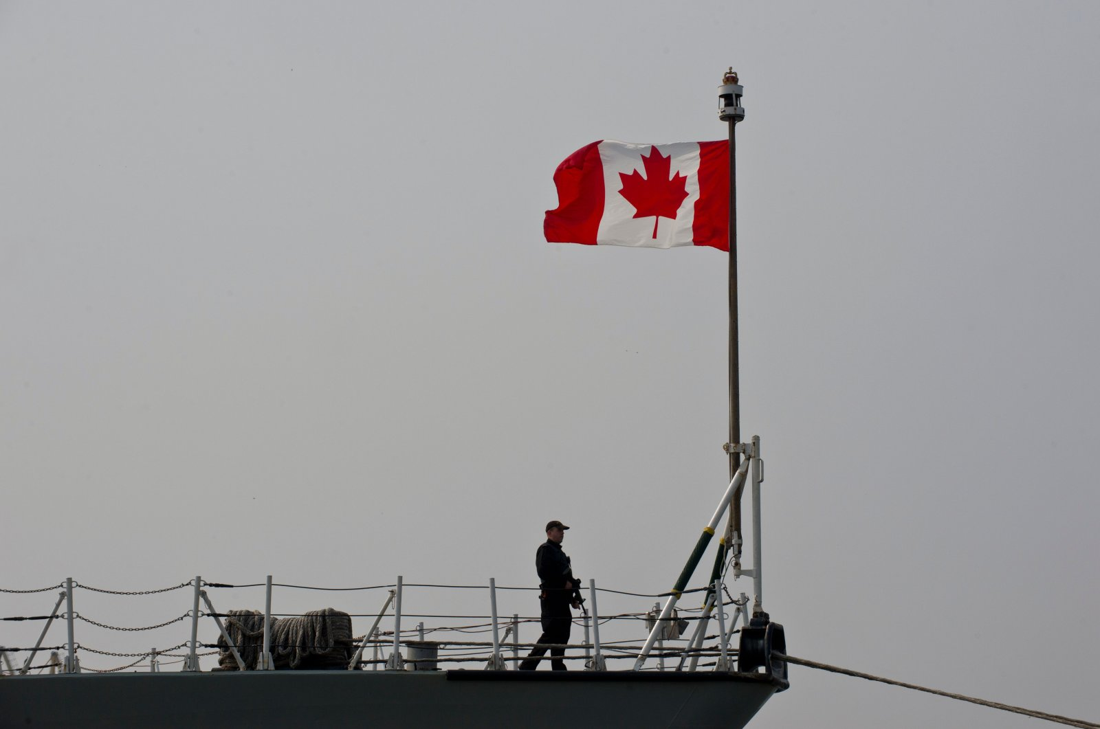 Canadian soldier stands on board frigate HMCS Fredericton docked at Constanta Harbour in Constanta, Romania, on March 13, 2015. (AFP Photo)