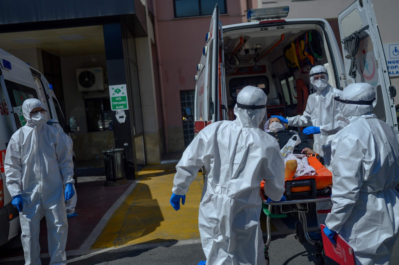 Health workers transport a patient suspected of being infected by the coronavirus in front of Bağcılar public hospital in Istanbul, Turkey, April 28, 2020. (AFP Photo)