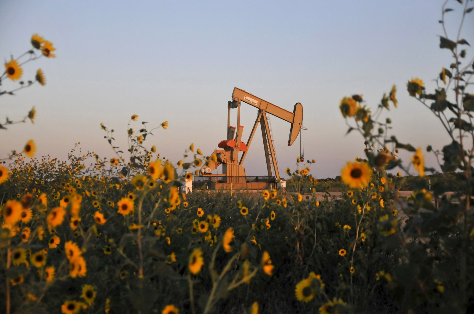 A pump jack operates at a well site leased by Devon Energy Production Company near Guthrie, Oklahoma, the U.S., Sept. 15, 2015. (Reuters Photo)