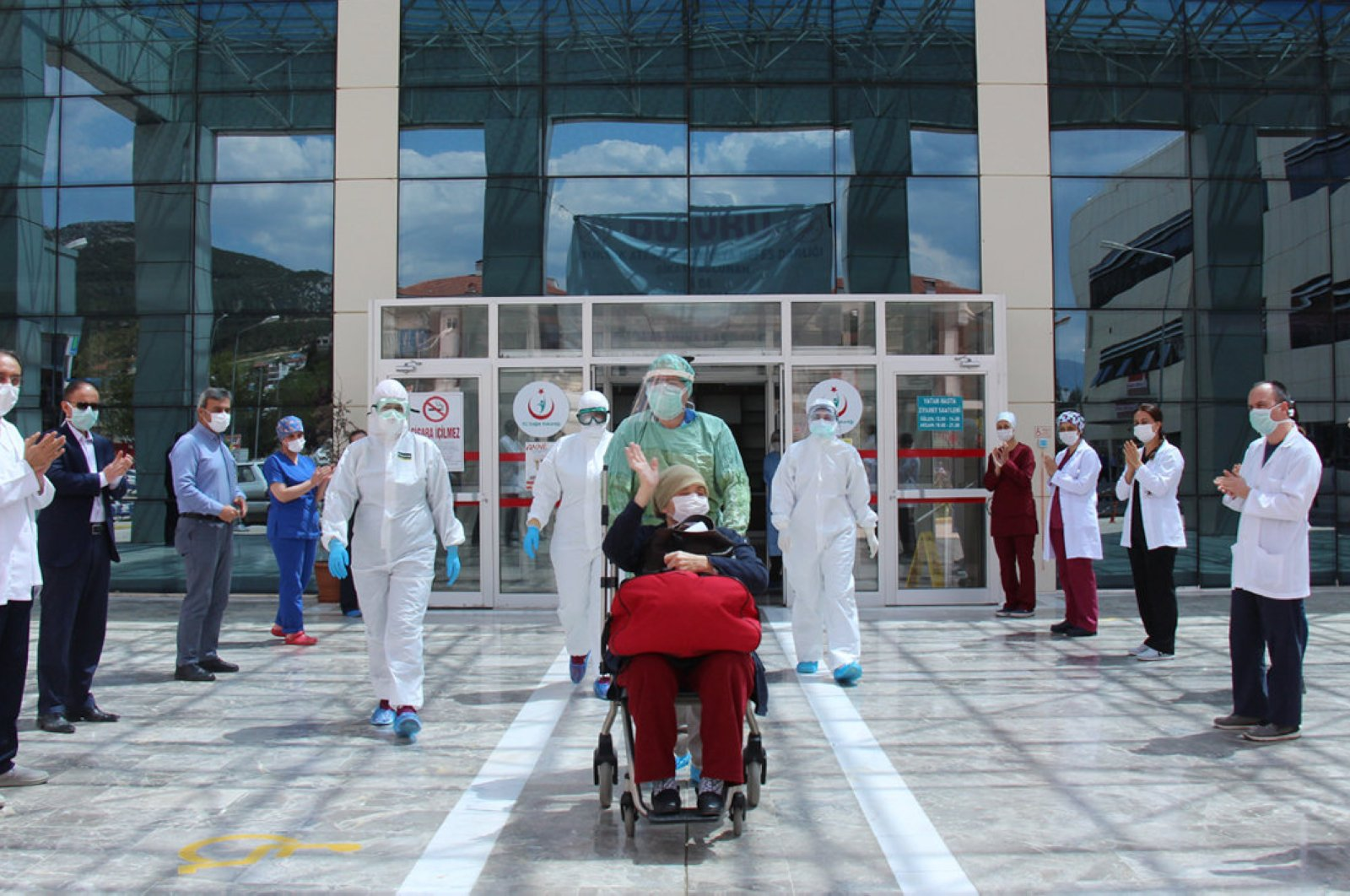 A 56-year-old patient is discharged from a hospital in the Bucak district of Burdur province, April 30, 2020. (DHA Photo)