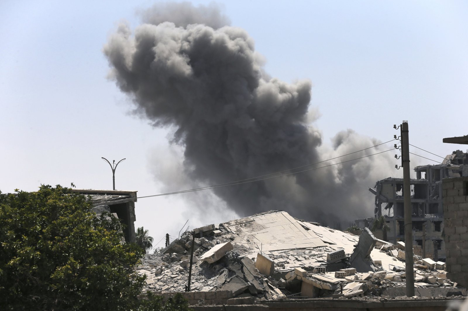 Black smoke rises from a coalition airstrike which attacked a Daesh militant position, on the front line on the eastern province of Raqqa, Syria, July 26, 2017. (AP Photo)