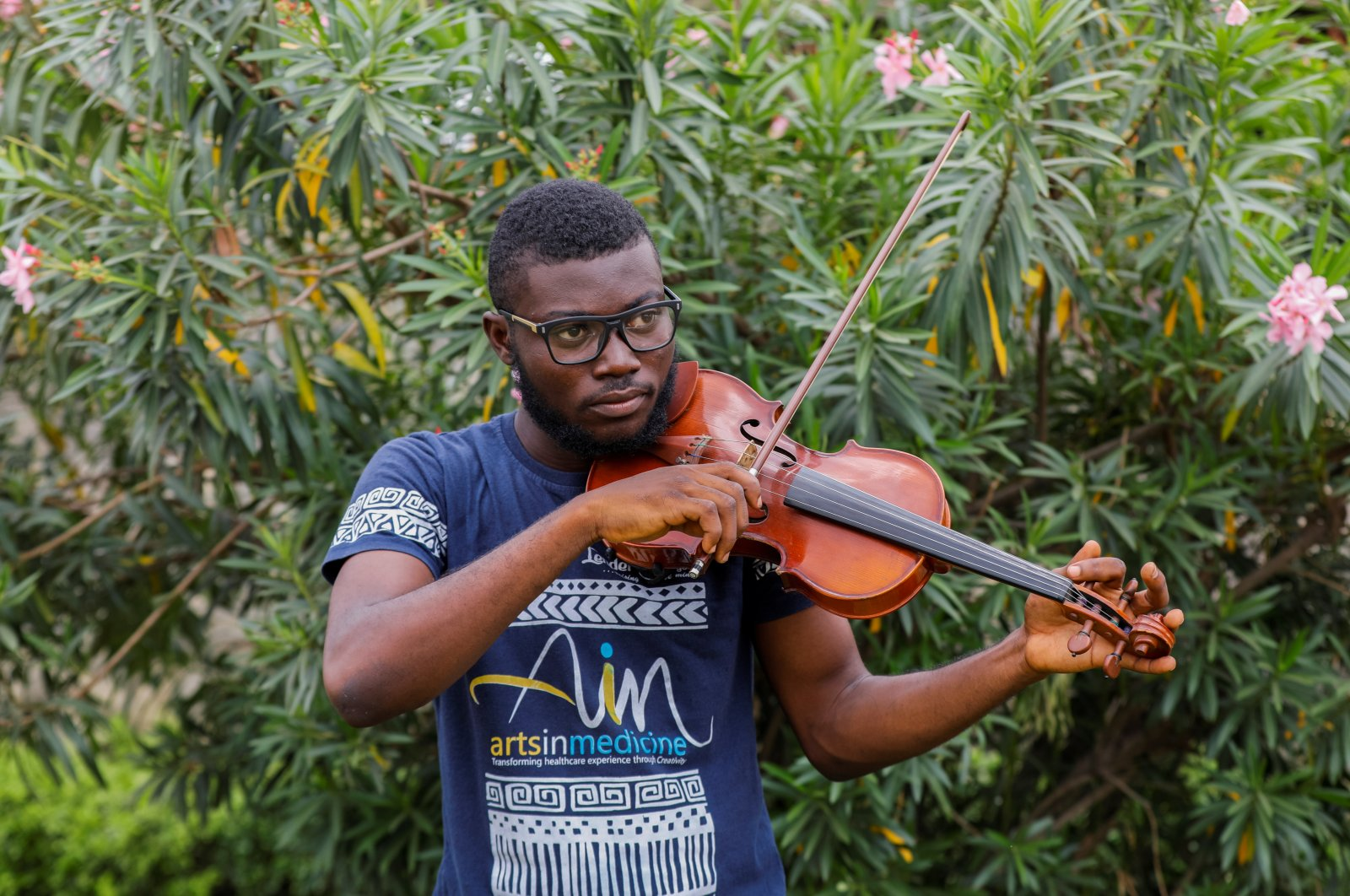 Nigerian violinist, Peter Oluwadare, 23, who performs at weekly concerts at the isolation center, plays the violin during an interview with Reuters, amid the spread of coronavirus disease (COVID-19) in Lagos, Nigeria, April 16, 2020. (Reuters Photo)