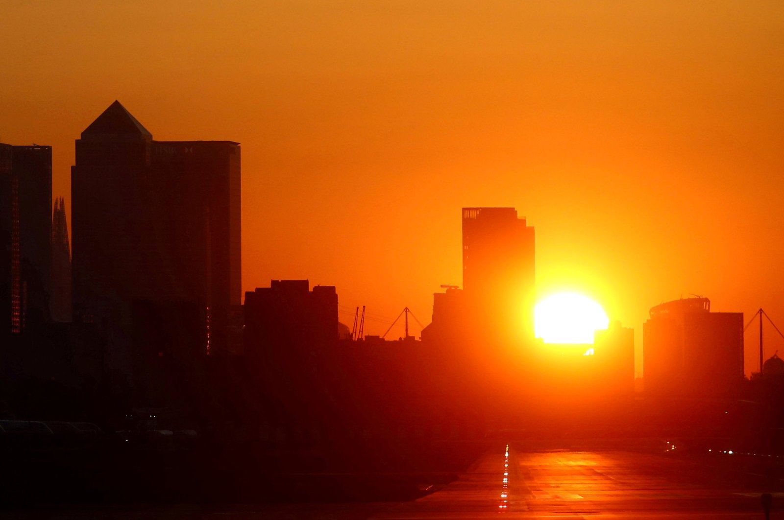 The sun sets behind the city skyline, as the spread of the coronavirus disease (COVID-19) continues, in London, March 25, 2020. (Reuters Photo)