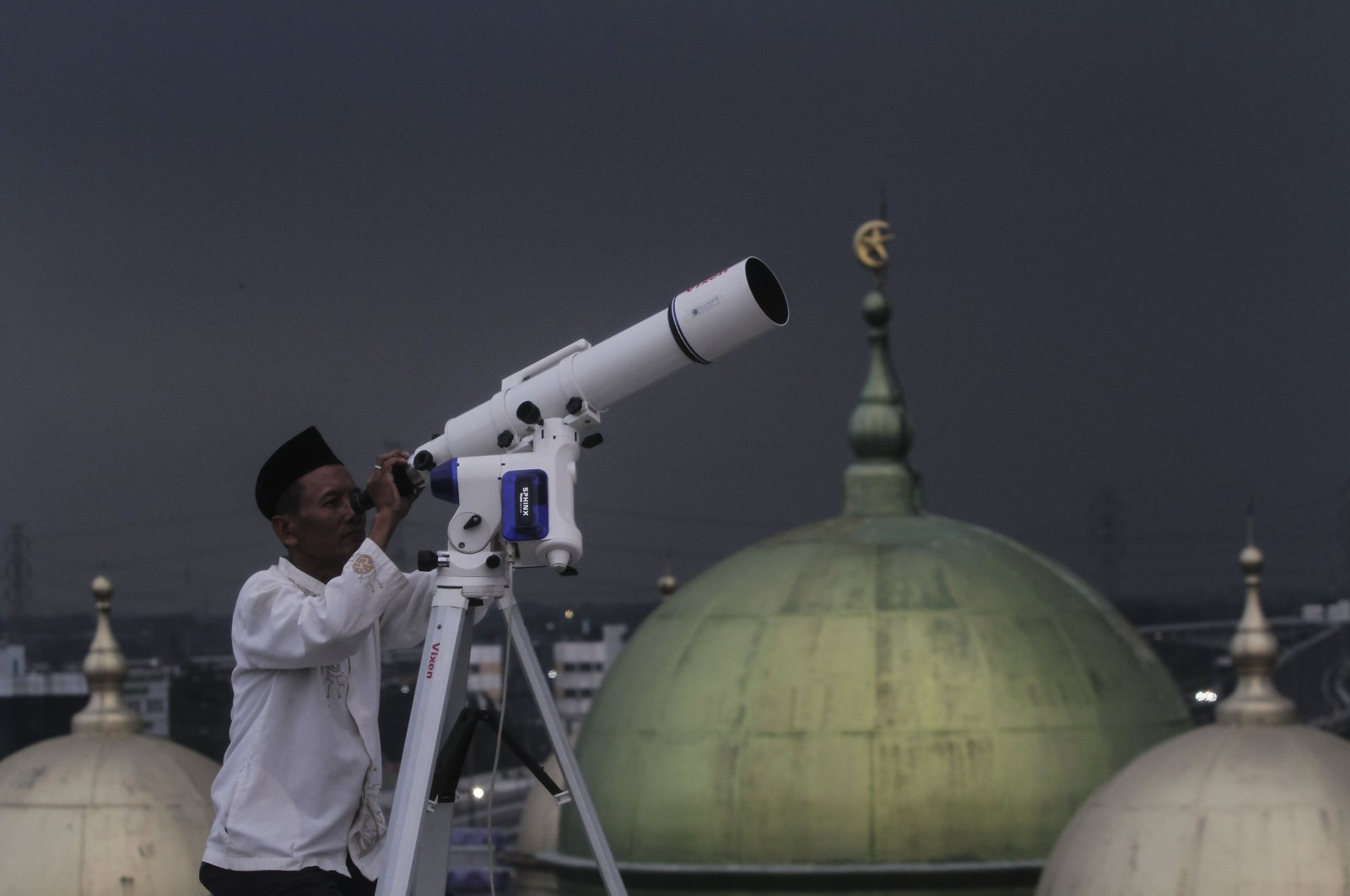 An Indonesian man observes the sky to determine the times of fasting for the holy month of Ramadan, Jakarta, Indonesia, June 15, 2019. (AA Photo)