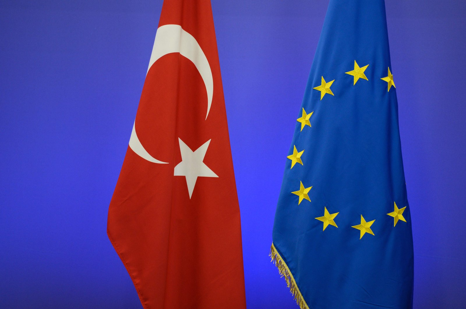 This file photo taken on Nov. 29, 2015 shows the Turkish national flag (L) and the EU flag ahead of a summit on relations between the European Union and Turkey and on managing the migration crisis in Brussels. (AFP Photo)