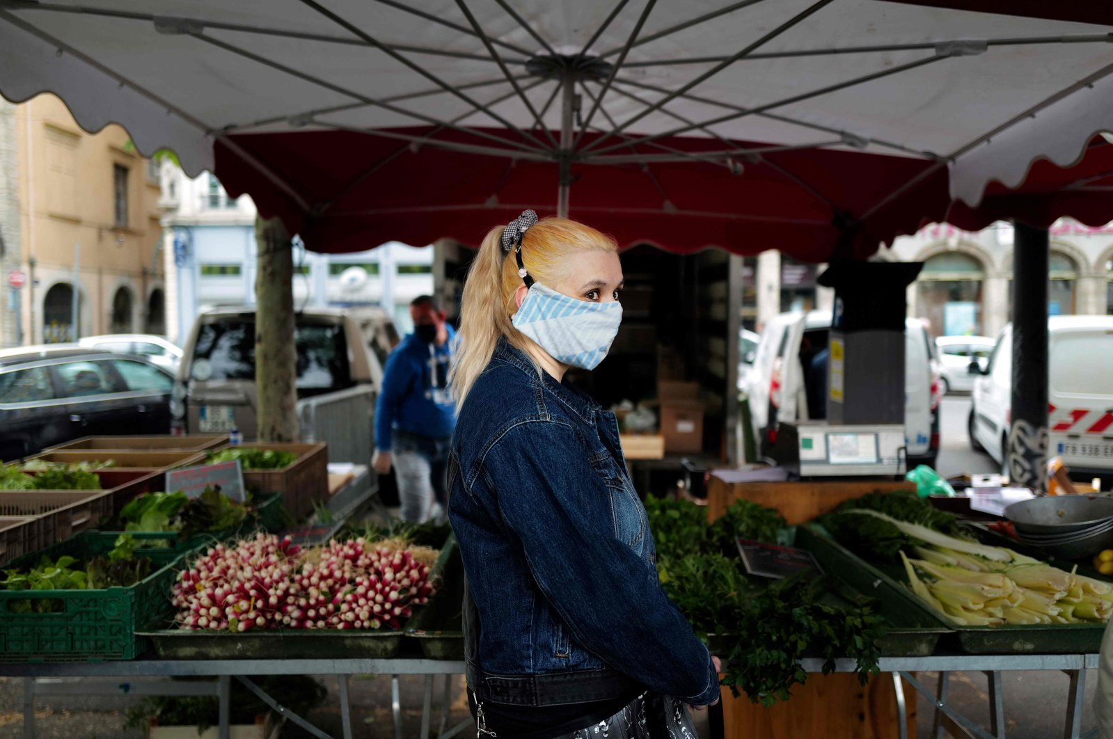 People arrive at the Saint-Antoine market after its re-opening, Lyon, May 5, 2020. (AFP Photo)