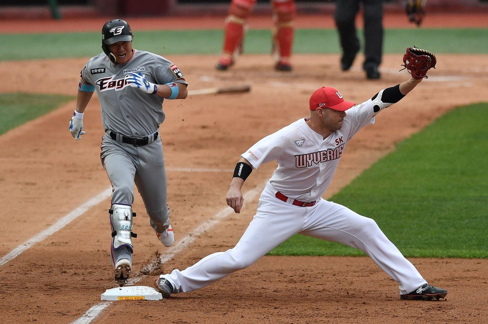 SK Wyverns infielder Jamie Romak (R) forces out Hanwha Eagles' Ha Ju-suk (L) at first base in the second inning during the opening game for South Korea's new baseball season at Munhak Baseball Stadium in Incheon on May 5, 2020. (AFP Photo)