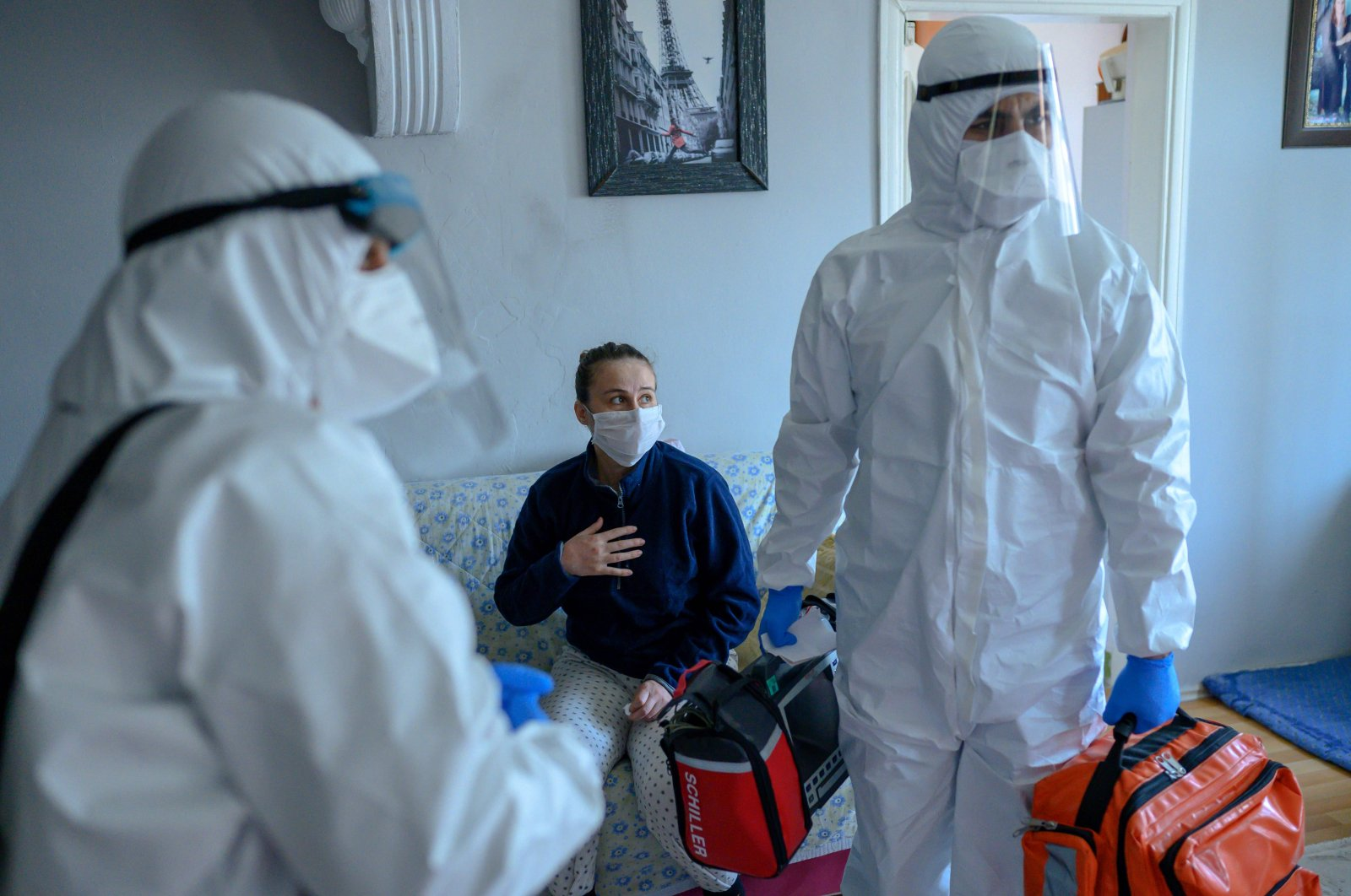 Health workers help a woman who tested positive for the COVID-19, Istanbul, April 28, 2020. (AFP)