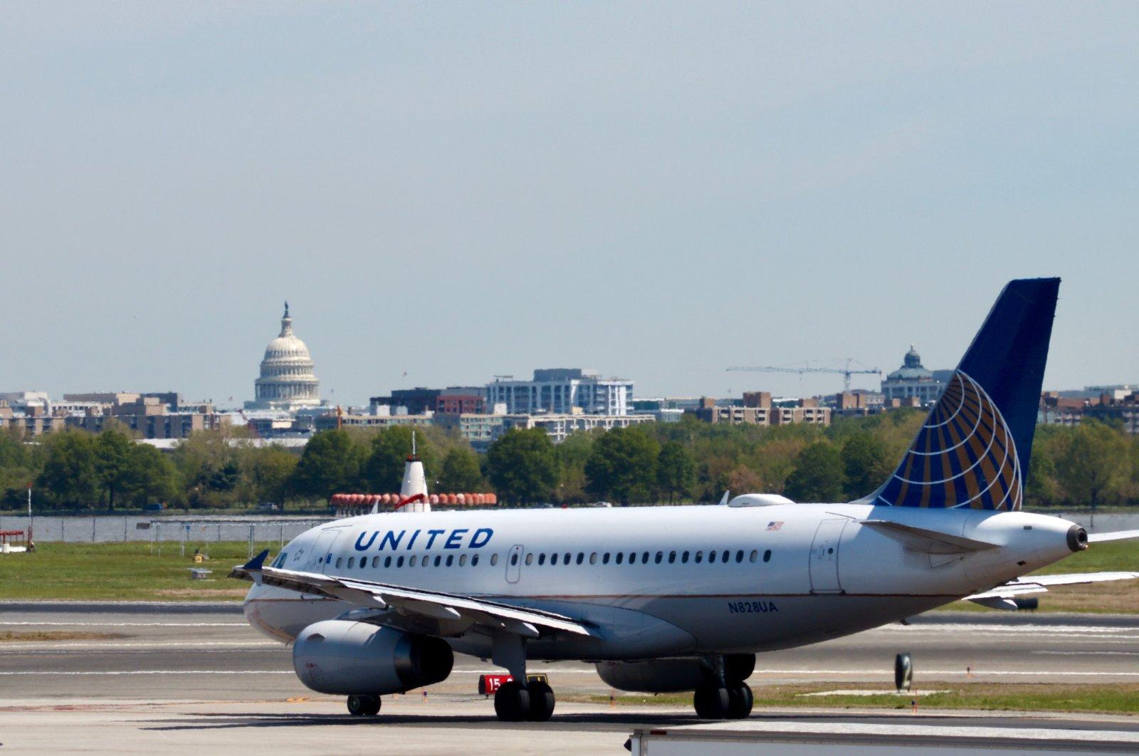 A United Airlines Airbus A319-100 taxis at Ronald Reagan Washington National Airport in Arlington, Virginia, April 23, 2019. (AFP Photo)