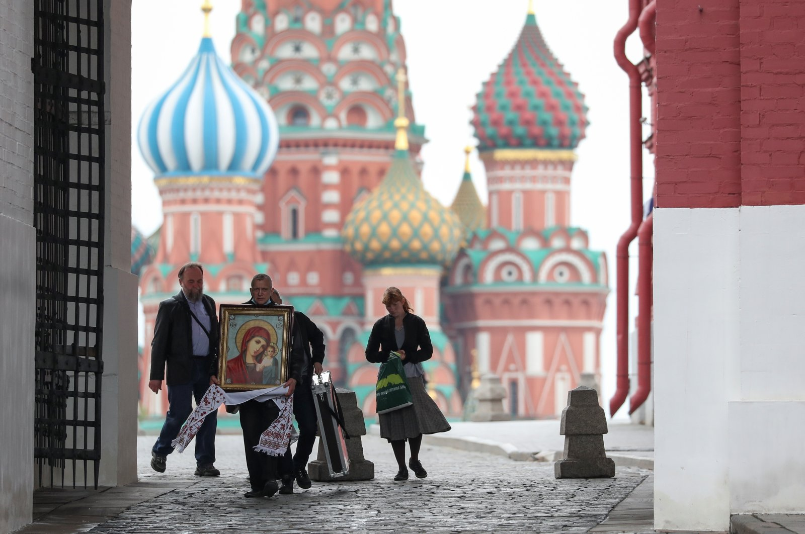 A man carries an icon near St. Basil's Cathedral amid the outbreak of the coronavirus disease (COVID-19) in Moscow, Russia May 6, 2020. (Reuters Photo)