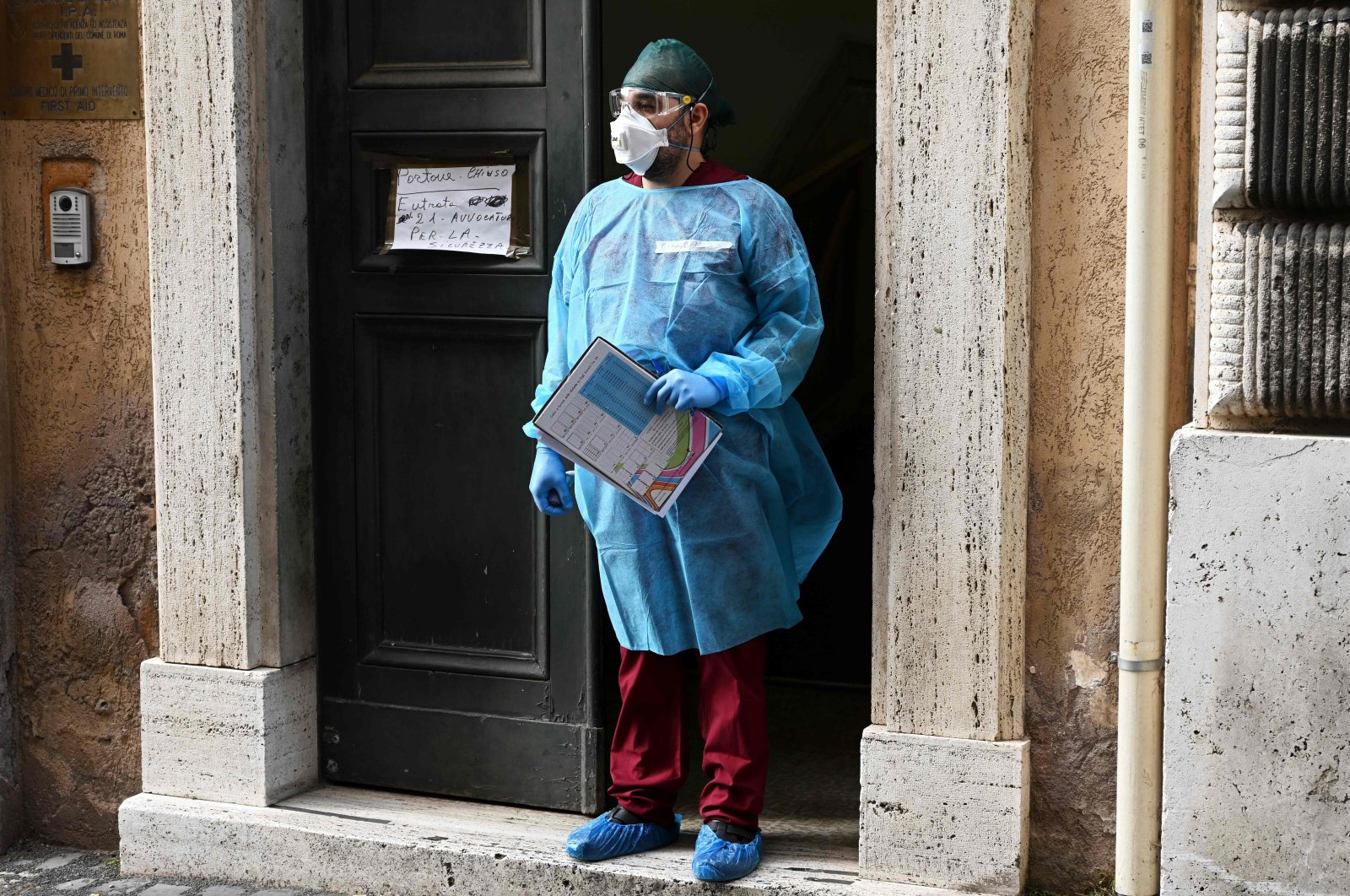 A medical worker welcomes people arriving to undergo serological tests for COVID-19 conducted on municipal workers, Rome, May 6, 2020. (AFP Photo)