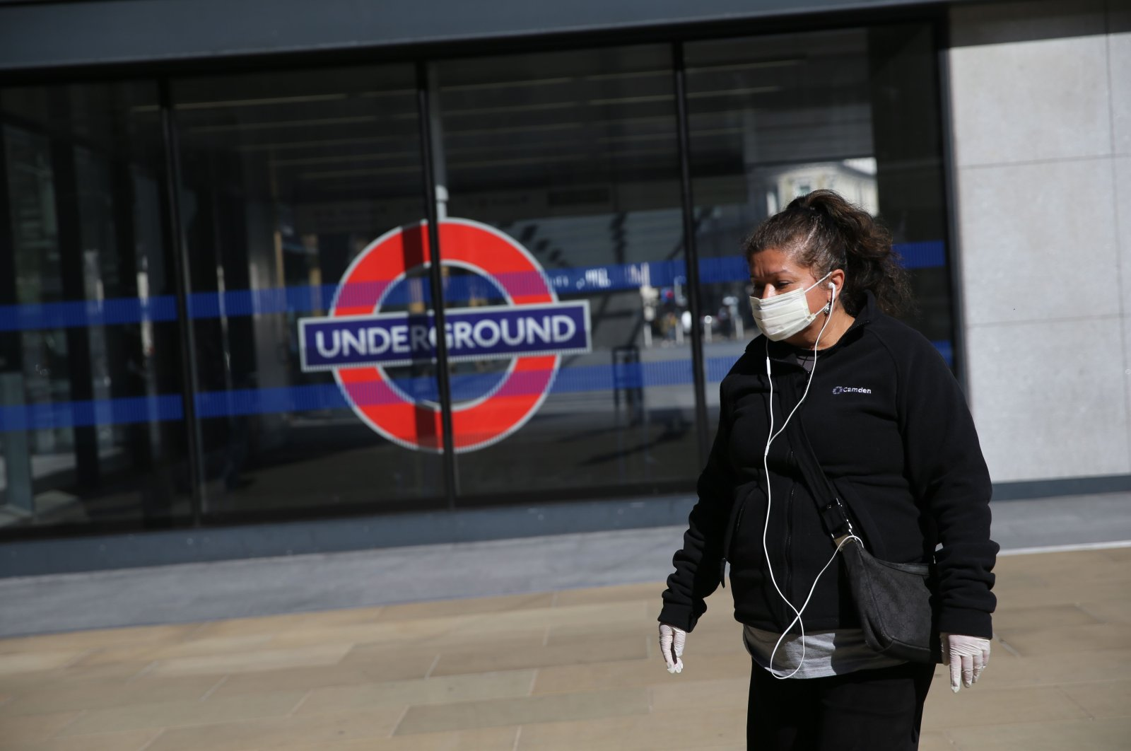 A woman wearing a mask as life continues under a nationwide lockdown imposed to slow the spread of the novel coronavirus, Kings Cross Station in London on May 6, 2020. (AFP Photo)