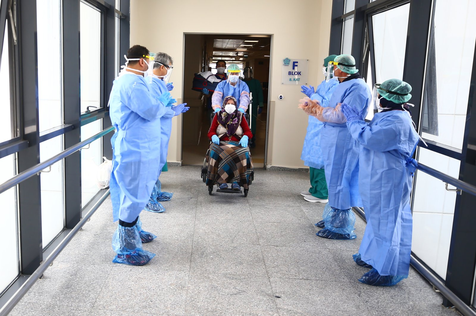 A pregnant woman who was infected with COVID-19 is discharged with full recovery from a hospital in Konya, Turkey, May 5, 2020. (AA Photo)