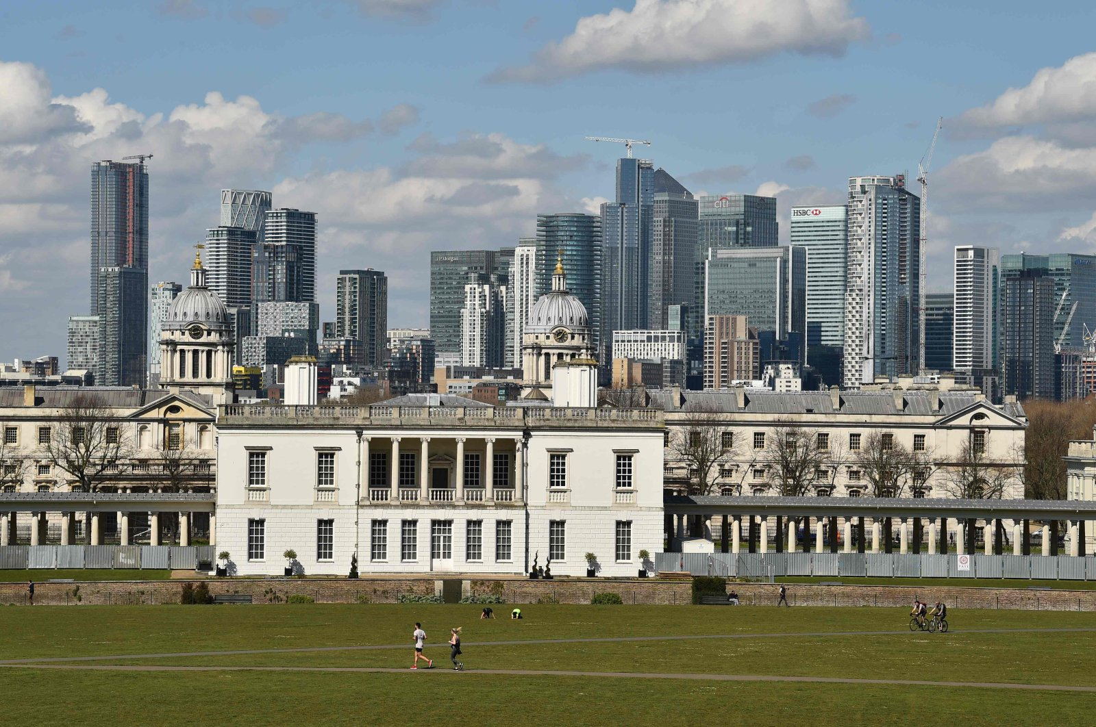 People take their daily exercise with the London skyline in the background, at Greenwich Park in south London on April 4, 2020. (AFP Photo)