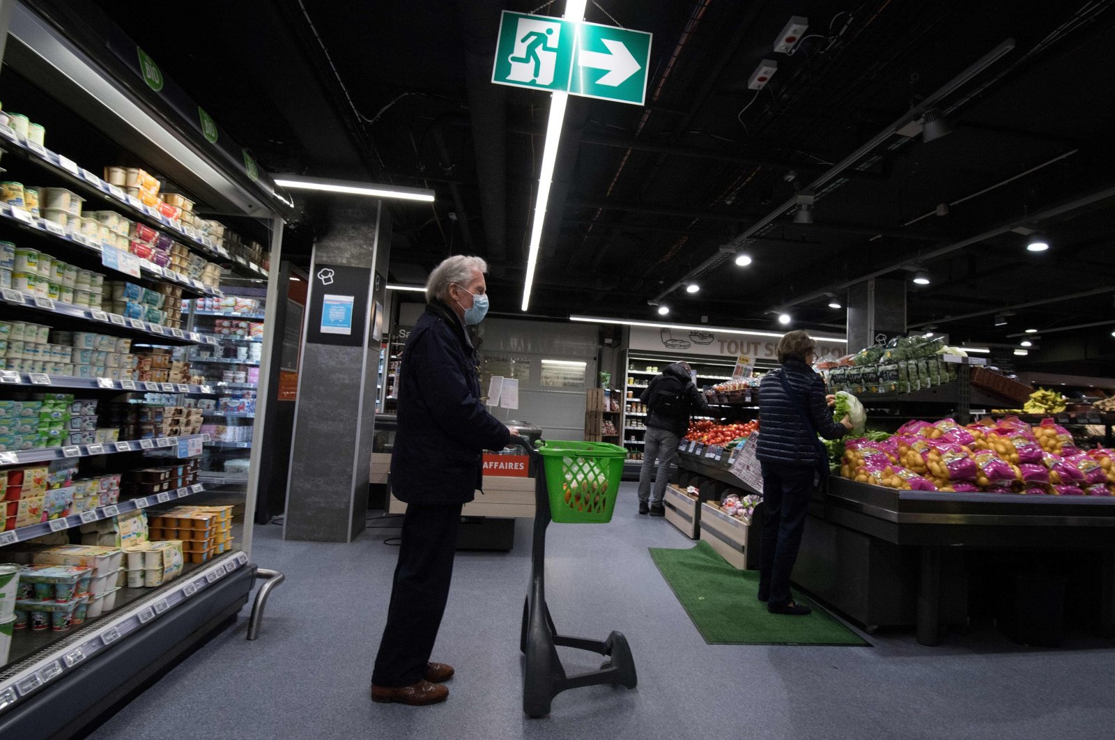 A man wearing a protective mask queues up to buy vegetables in a supermarket in Nantes, France, May 4, 2020. (AFP Photo)