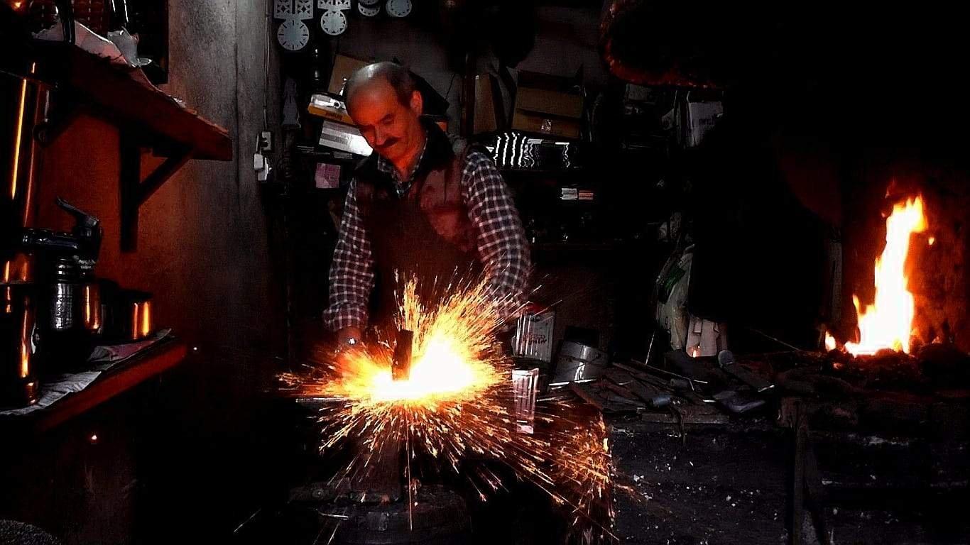 Hüseyin Şahin Özdemir works in his workshop. (AA Photo)