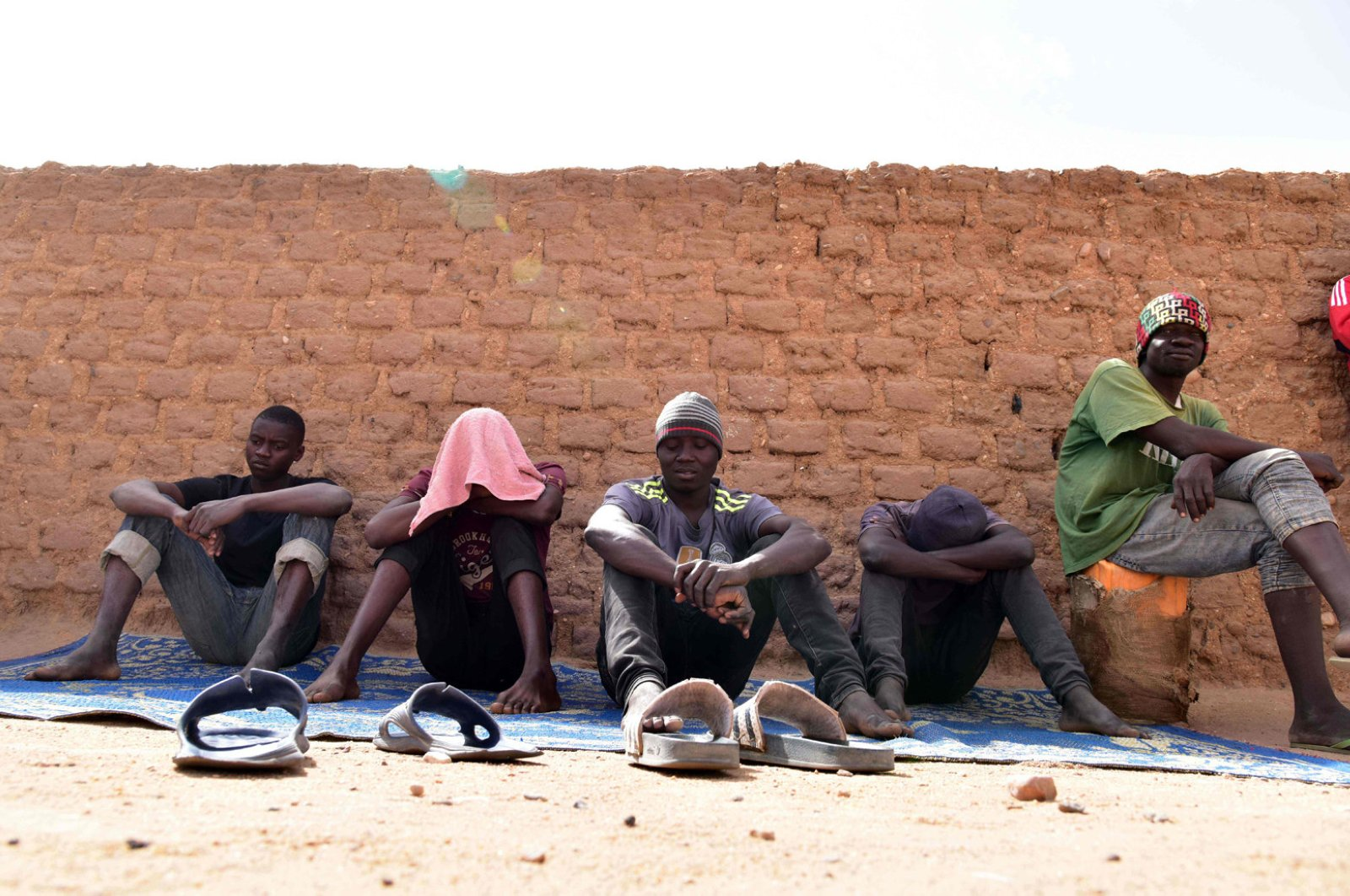 """Migrants from West Africa wait in a room at a """"ghetto,"""" Agadez, Apr. 1, 2017. (AFP Photo)"""