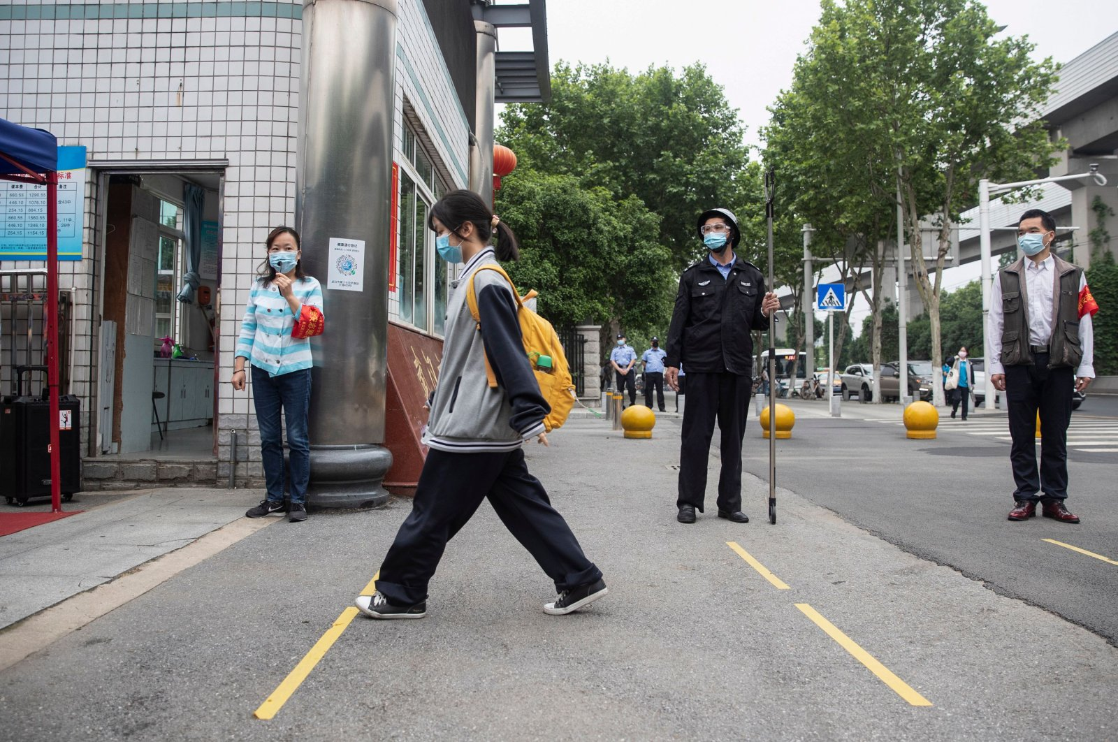A senior student (C) enters a high school, Wuhan, May 6, 2020. (AFP Photo)