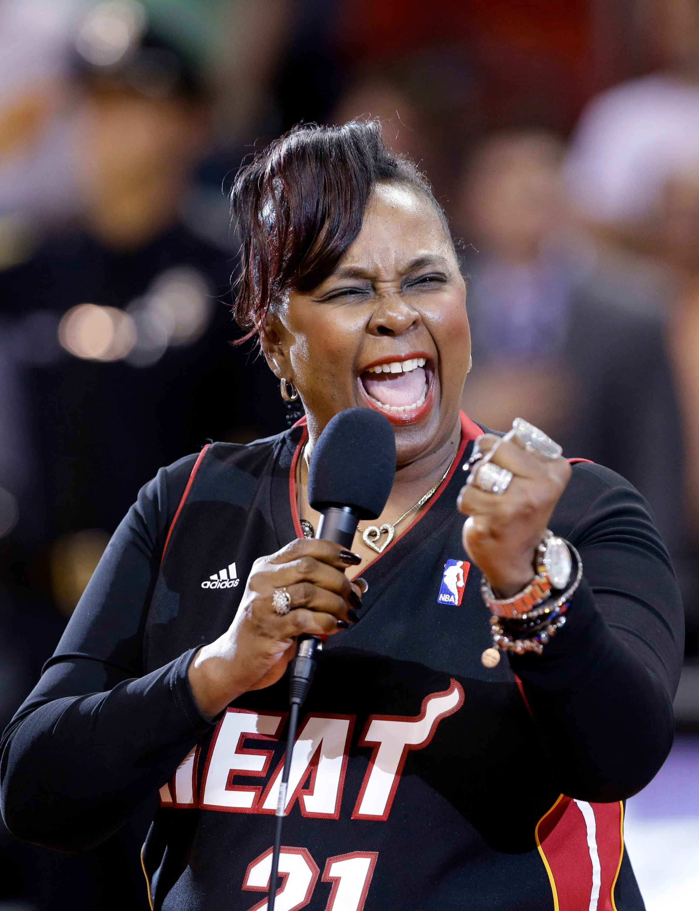 Singer Betty Wright performs the national anthem before an NBA basketball game between the Miami Heat and the New York Knicks in Miami, Florida, U.S., April 2, 2013. (AP Photo)