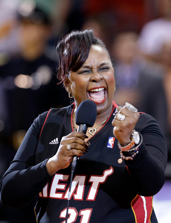 歌手贝蒂·赖特(Betty Wright)在2013年4月2日在美国佛罗里达州迈阿密的迈阿密热火队和纽约尼克斯队之间的NBA篮球比赛前表演国歌。(美联社照片)