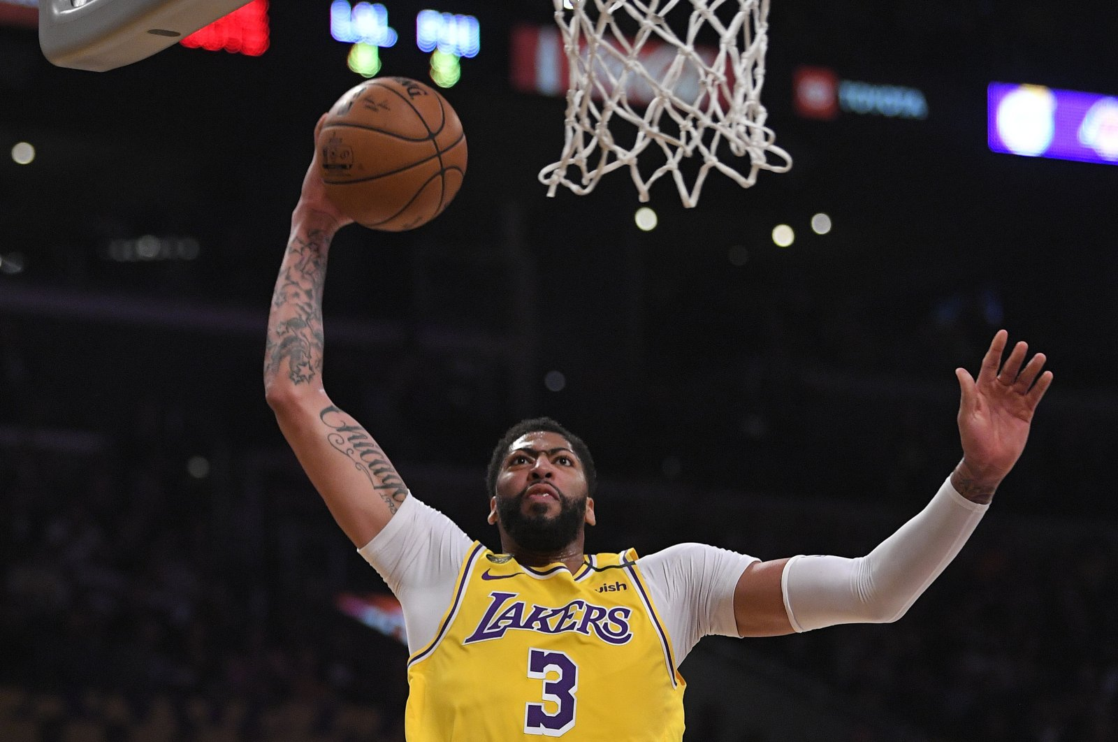 Los Angeles Lakers forward Anthony Davis shoots during an NBA game in Los Angeles, U.S., March 3, 2020. (AP Photo)