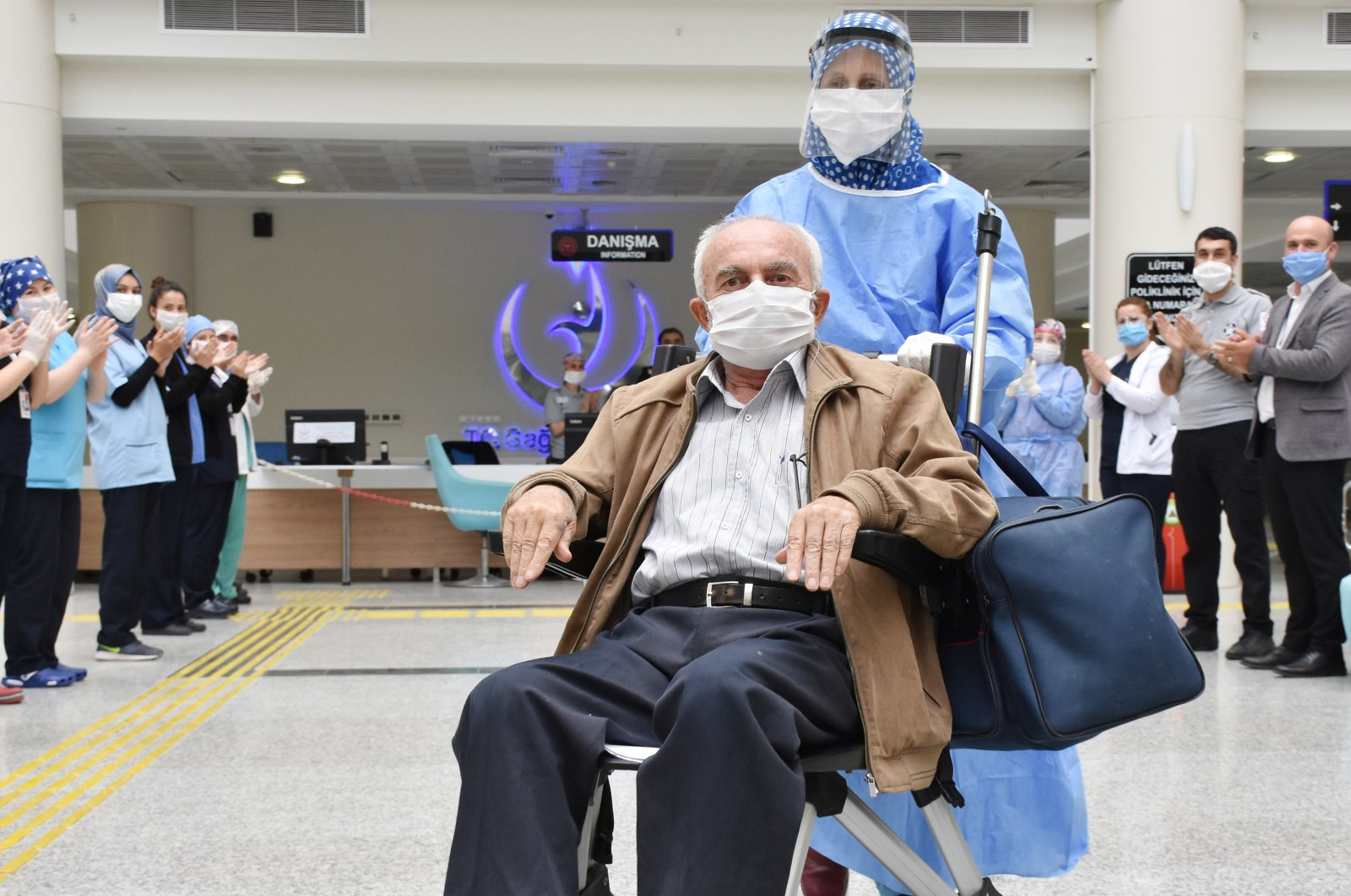 Medical staff cheer as a 71-year-old man is discharged from a hospital in Manisa, Turkey, May 4, 2020. (AA Photo)