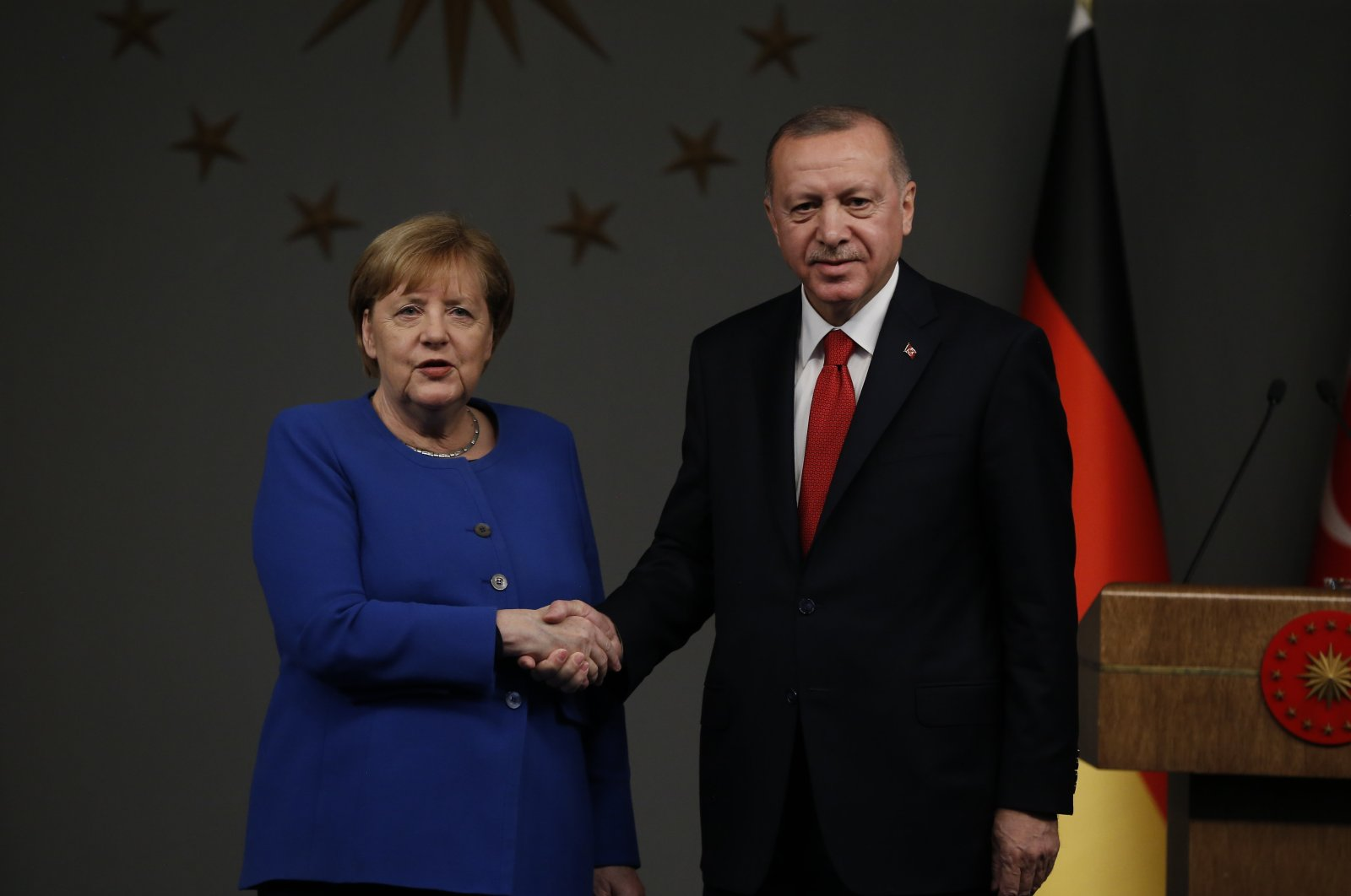 Germany's Chancellor Angela Merkel, left, shakes hands with President Recep Tayyip Erdoğan, right, following their joint news conference after their meeting in Istanbul, Jan. 24, 2020. (AP)