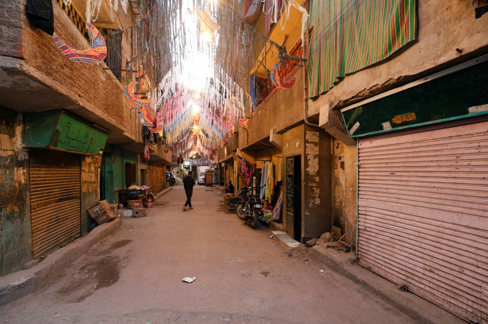A man is seen walking at Ezbet Hamada in Cairo's Mataria district during the holy fasting month of Ramadan, as the outbreak of the coronavirus disease (COVID-19) continues, in Cairo, Egypt May 1, 2020. Picture taken May 1, 2020. (REUTERS Photo)