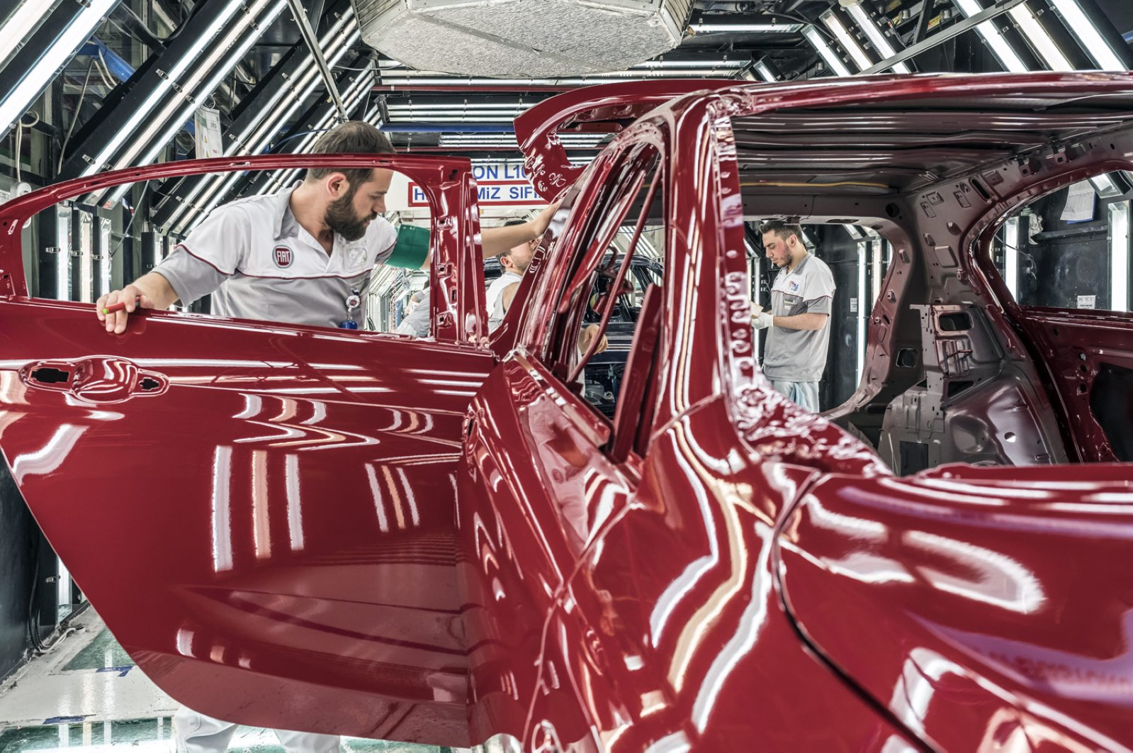 Workers are seen in a factory of Tofaş, a joint venture of Turkey's Koç Holding and Italian-American carmaker Fiat Chrysler, Bursa, Turkey, March 31, 2020. (AA Photo)