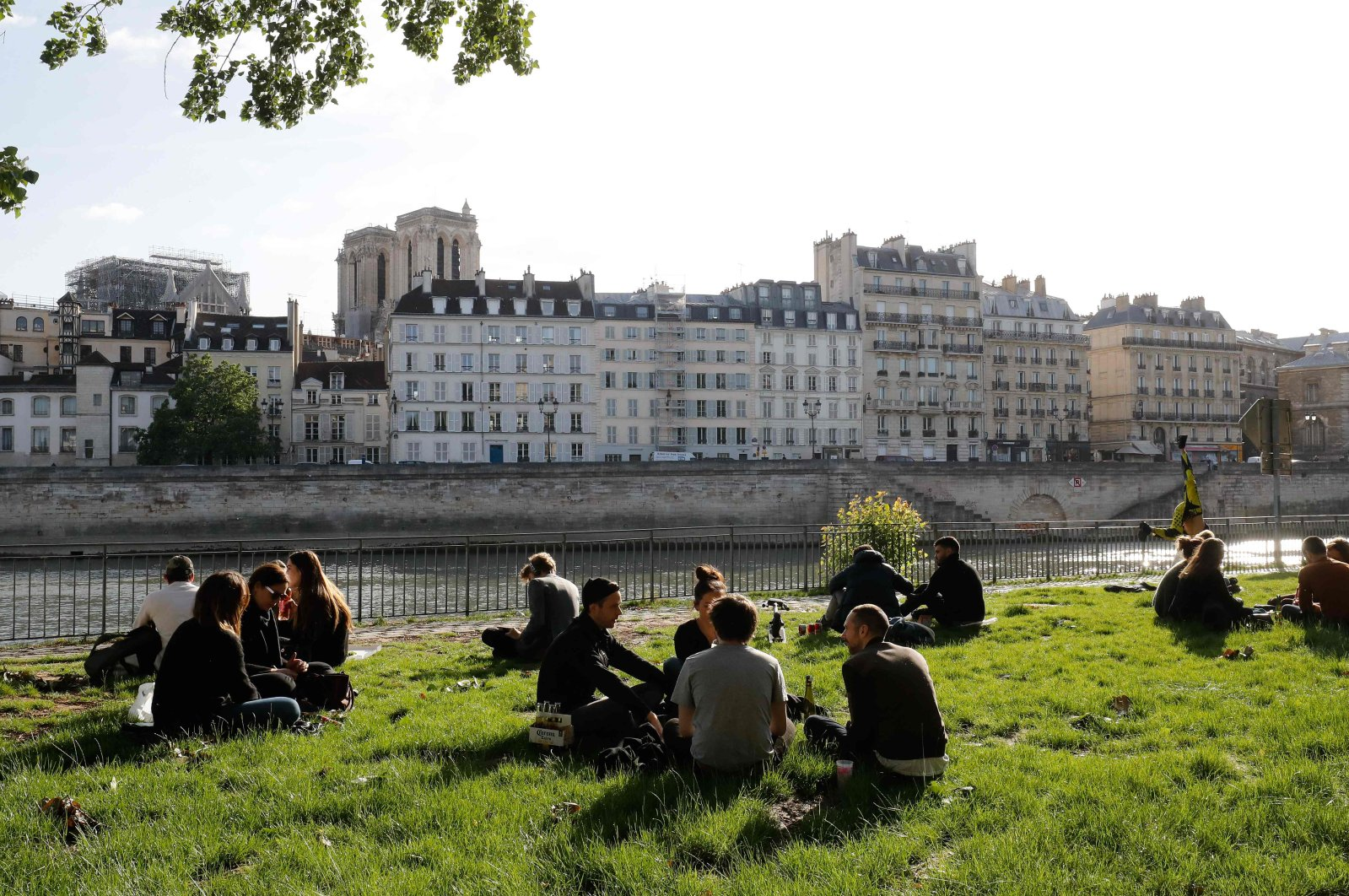 People gather along banks of the Seine river in Paris on the first day of France's easing of lockdown measures in place for 55 days to curb the spread of the coronavirus, May 11, 2020. (AFP Photo)