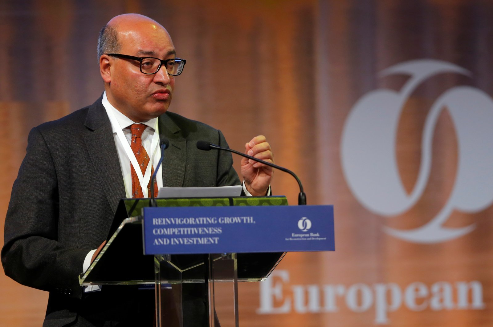 Suma Chakrabarti, president of the European Bank for Reconstruction and Development (EBRD), delivers a speech during their economic conference in Budapest, Hungary, Nov. 10, 2016. (Reuters Photo)